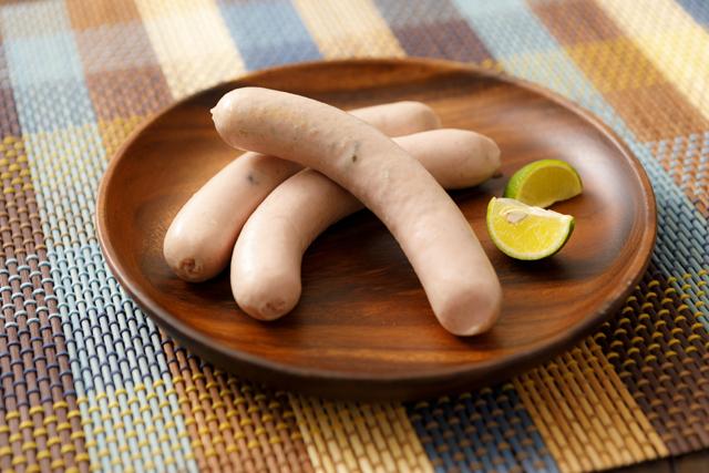 東松島ハムの商品『牡蠣入りソーセージ』が皿に乗った写真