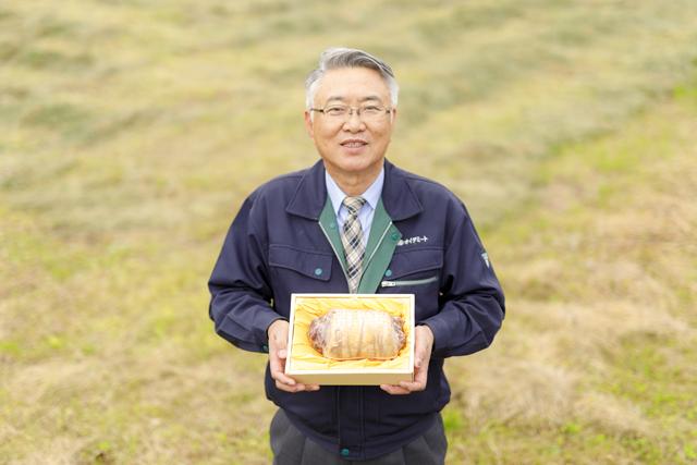 社長が東松島ハムを持った写真